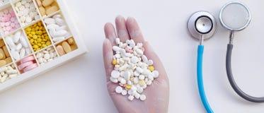 Médicament différent en main photo stock