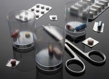 Médicament en verre de dosage à côté des ciseaux, image conceptuelle image stock