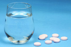 Médicament et glace de l'eau Image stock