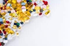 Médicament et pilules colorés de ci-dessus sur le fond blanc avec l'espace de copie photo stock