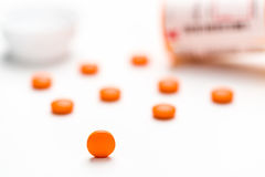 Médicament, pilules se renversant sur une surface blanche Photographie stock