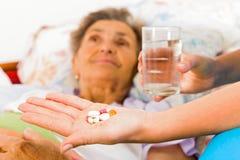 Médicament pour des personnes âgées Image libre de droits
