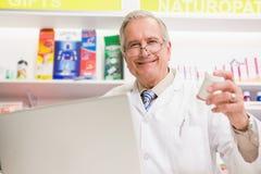 Médicament se tenant supérieur de sourire Photographie stock libre de droits