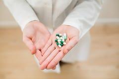 Médicaments dans les mains image stock