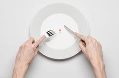Médicaments et sujet inexact de nutrition : prise humaine de main un plat avec des pilules d'isolement sur la vue supérieure de f photos libres de droits