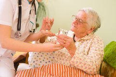Médicaments pour dame âgée Photos libres de droits
