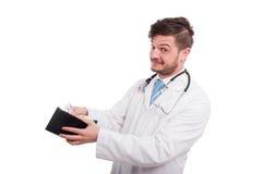 Médico alegre que põe o dinheiro na carteira Imagens de Stock Royalty Free