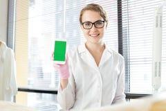 Médico bonito com Smartphone moderno imagens de stock