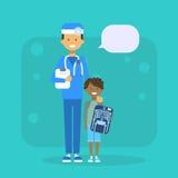 Médico With Child Holding X Ray Hospital Examination Concept Fotografía de archivo libre de regalías