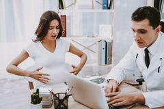 Médico clínica Laptop consulta gynecology fotos de archivo