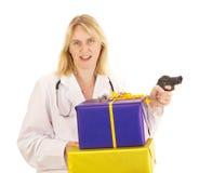 Médico com presentes Fotos de Stock