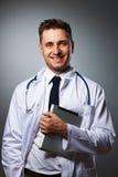 Médico con el retrato de la PC de la tableta Imágenes de archivo libres de regalías