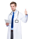 Médico con la tableta y el pulgar para arriba Imagen de archivo