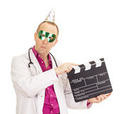 Médico con un clapperboard Imagenes de archivo