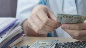 Médico corrompido que cuenta el dinero metrajes