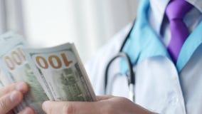 Médico corrompido que cuenta el dinero almacen de video