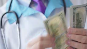 Médico corrompido que cuenta el dinero almacen de metraje de vídeo