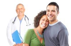 Médico de cabecera sonriente y familia joven. Imágenes de archivo libres de regalías