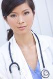 Médico de hospital de sexo femenino chino de la mujer Foto de archivo