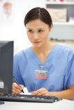Médico de hospital joven en el escritorio Fotografía de archivo libre de regalías