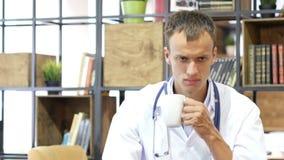 Médico de hospital Work Drink Coffee, cansado almacen de video