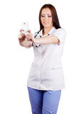 Médico de la mujer joven con el teléfono móvil Fotografía de archivo