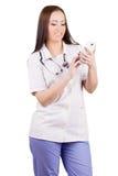 Médico de la mujer joven con el teléfono móvil Fotografía de archivo libre de regalías