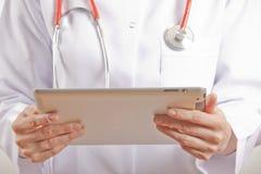 Médico de la mujer que usa la PC de la tablilla Imagenes de archivo