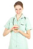 Médico de sexo femenino con orina al análisis Fotografía de archivo