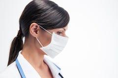 Médico de sexo femenino pensativo en máscara imágenes de archivo libres de regalías