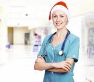 Médico de sexo femenino sonriente Imagen de archivo libre de regalías