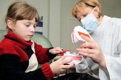 Médico. Dentista que entrena a un poco Fotos de archivo libres de regalías