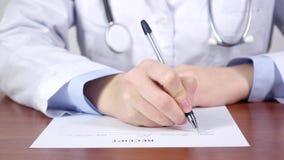 Médico diagnostique, cuídese con el estetoscopio que escribe un recibo para la paciencia almacen de metraje de vídeo