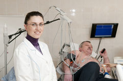 Médico e exame da cardiologia Fotografia de Stock Royalty Free