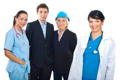 Médico e grupo de povos diferentes das carreiras foto de stock