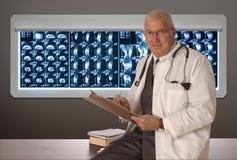 Médico en blanco imagenes de archivo
