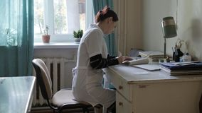 Médico en la oficina en la tabla doctor en un hospital muy viejo en la oficina Foto de archivo