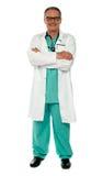 Médico especialista que está com os braços cruzados Fotografia de Stock Royalty Free