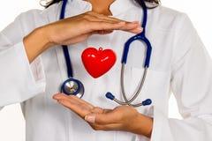 Médico especializado em medicina interna com coração Fotografia de Stock Royalty Free