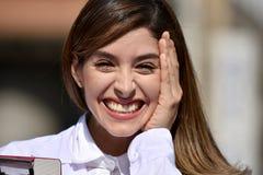Médico fêmea colombiano feliz Wearing Lab Coat imagem de stock royalty free