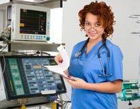 Médico fêmea na unidade de cuidados intensivos Foto de Stock