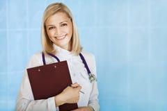 Médico fêmea novo de sorriso Imagem de Stock