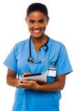 Médico fêmea que guardara o PC da tabuleta imagens de stock