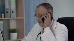 Médico geral que chama o laboratório para perguntar se os resultados da análise estão prontos video estoque