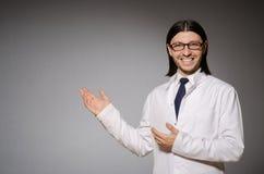 Médico joven contra gris Foto de archivo libre de regalías