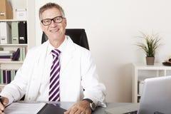 Médico masculino feliz Looking na câmera Imagem de Stock