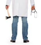 Médico mau que guarda um machado e um estetoscópio pequenos Imagens de Stock Royalty Free