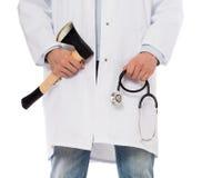 Médico mau que guarda um machado e um estetoscópio pequenos Foto de Stock Royalty Free