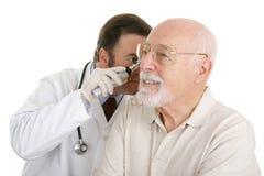 Médico mayor - controlar los oídos Fotos de archivo libres de regalías