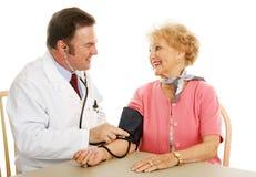 Médico mayor - Normal de la presión arterial Foto de archivo libre de regalías